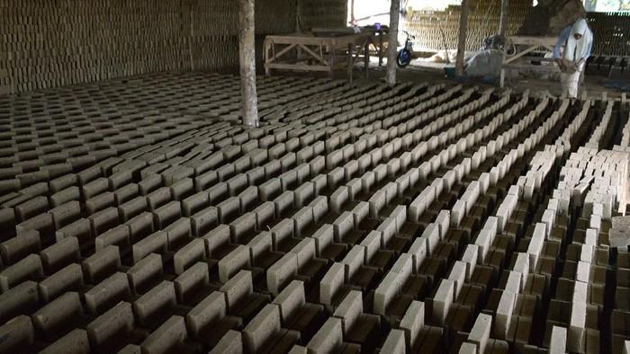 usaha batu bata rakyat, desa Lamsenong, Kecamatan Baitussalam, Kabupaten Aceh Besar, Aceh, Rabu (18/11/2020). Sejumlah pengusaha di daerah industri batu bata rakyat itu menyatakan, produksi batu bata mereka berjalan normal dan tidak terdampak pandemi COVID-19  karena permintaan masih stabil dengan harga penjualan Rp650 per bata. ANTARA FOTO/Ampelsa/hp.
