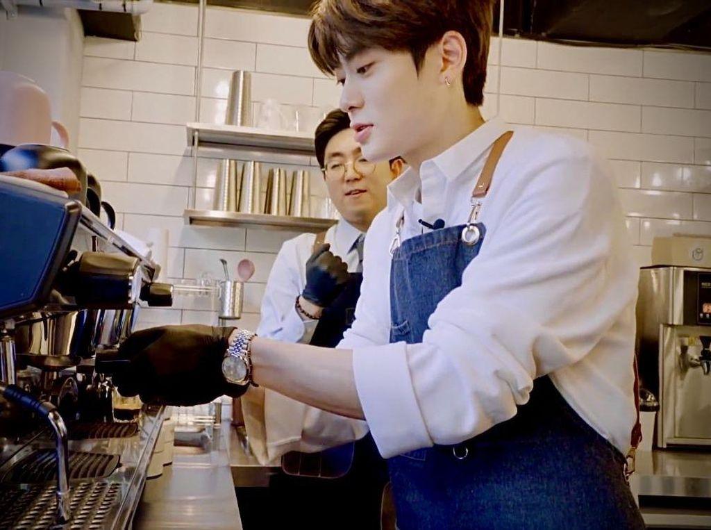 10 Pose Kece Jaehyun NCT Saat Jadi Barista dan Makan Es Krim