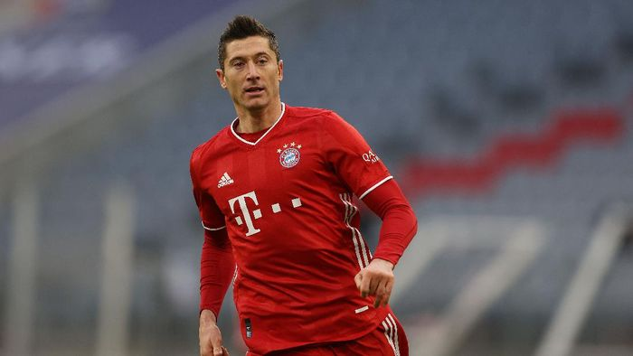 MUNICH, GERMANY - NOVEMBER 21: Robert Lewandowski of Bayern München looks on during the Bundesliga match between FC Bayern Muenchen and SV Werder Bremen at Allianz Arena on November 21, 2020 in Munich, Germany. (Photo by Alexander Hassenstein/Getty Images)