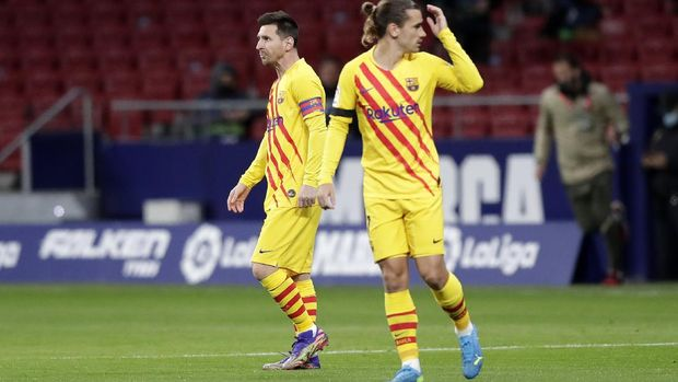 MADRID, SPAIN - NOVEMBER 21: Lionel Messi of FC Barcelona and Antoine Griezmann of FC Barcelona walk out prior to the La Liga Santander match between Atletico de Madrid and FC Barcelona at Estadio Wanda Metropolitano on November 21, 2020 in Madrid, Spain. Football Stadiums around Europe remain empty due to the Coronavirus Pandemic as Government social distancing laws prohibit fans inside venues resulting in fixtures being played behind closed doors. (Photo by Gonzalo Arroyo Moreno/Getty Images)