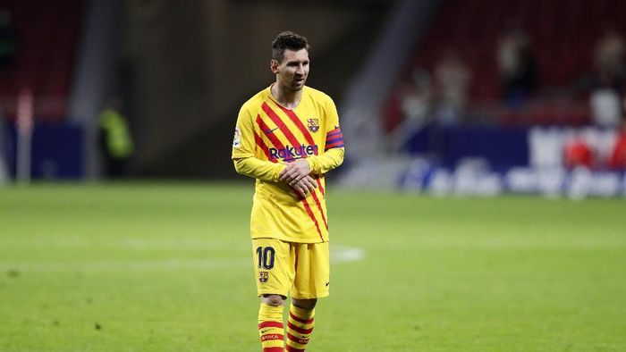 MADRID, SPAIN - NOVEMBER 21: Lionel Messi of FC Barcelona looks dejected following his teams defeat in the La Liga Santander match between Atletico de Madrid and FC Barcelona at Estadio Wanda Metropolitano on November 21, 2020 in Madrid, Spain. Football Stadiums around Europe remain empty due to the Coronavirus Pandemic as Government social distancing laws prohibit fans inside venues resulting in fixtures being played behind closed doors. (Photo by Gonzalo Arroyo Moreno/Getty Images)
