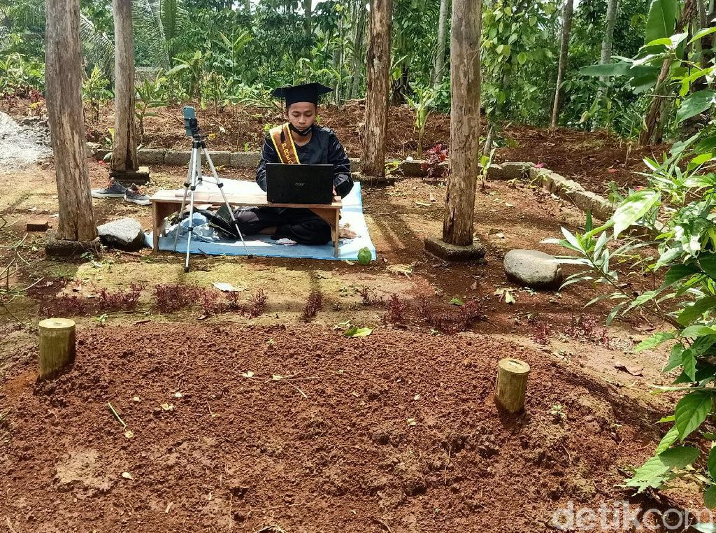 Haru Mahasiswa IAIN Wisuda di Makam Ayah: Semoga Bapak Bangga