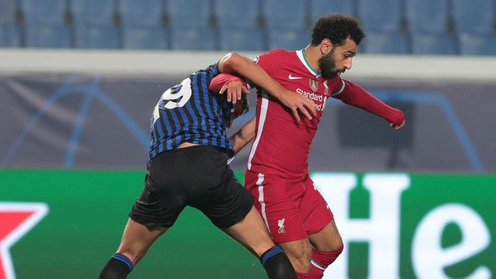 BERGAMO, ITALY - NOVEMBER 03:  Mohamed Salah of Liverpool FC is challenged by Berat Djmsiti of Atalanta BC during the UEFA Champions League Group D stage match between Atalanta BC and Liverpool FC at Gewiss Stadium on November 03, 2020 in Bergamo, Italy. (Photo by Emilio Andreoli/Getty Images)