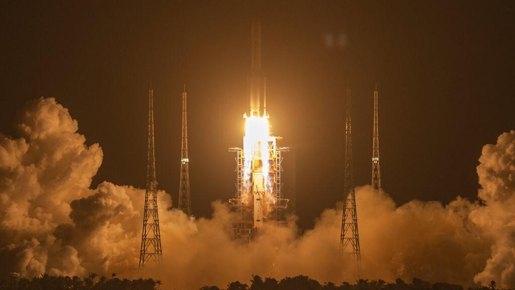 Potret Peluncuran Pesawat Robotik China ke Bulan Ambil Bebatuan