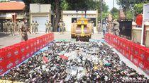 Ribuan Botol Miras Hasil Razia Saat Pandemi COVID-19 di Sidoarjo Dimusnahkan
