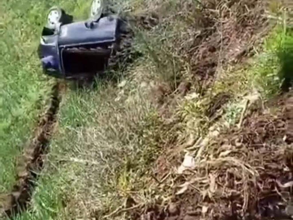 Video: Ngeri, Pikap Terguling-guling Masuk Jurang di Lumajang