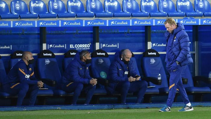 VITORIA-GASTEIZ, SPAIN - OCTOBER 31: Ronald Koeman, Head Coach of Barcelona reacts during the La Liga Santander match between Deportivo Alavés and FC Barcelona at Estadio de Mendizorroza on October 31, 2020 in Vitoria-Gasteiz, Spain. Sporting stadiums around Spain remain under strict restrictions due to the Coronavirus Pandemic as Government social distancing laws prohibit fans inside venues resulting in games being played behind closed doors. (Photo by Juan Manuel Serrano Arce/Getty Images)