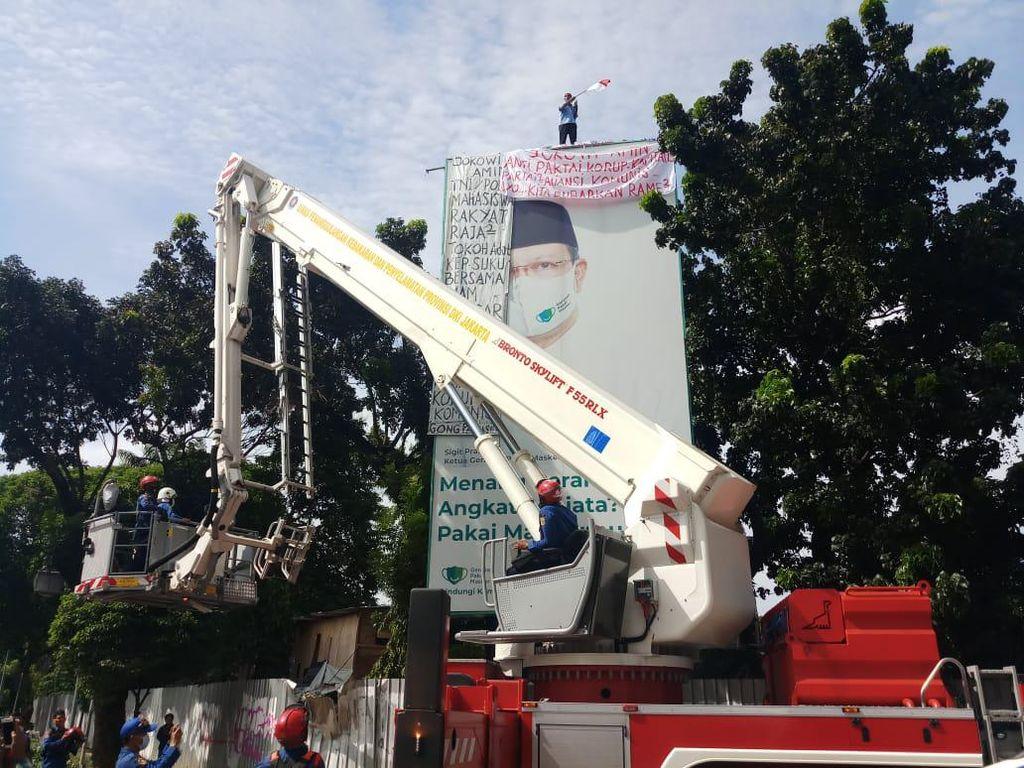 Pria Bawa Bendera Panjat Tiang Reklame di Mabes Polri, Dievakuasi Damkar