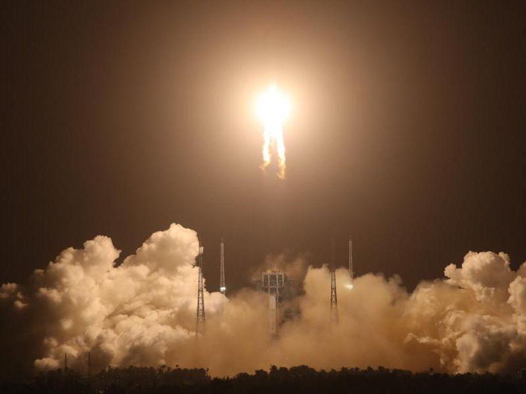 Wahana China Meluncur ke Bulan untuk Ambil Bebatuan ke Bumi