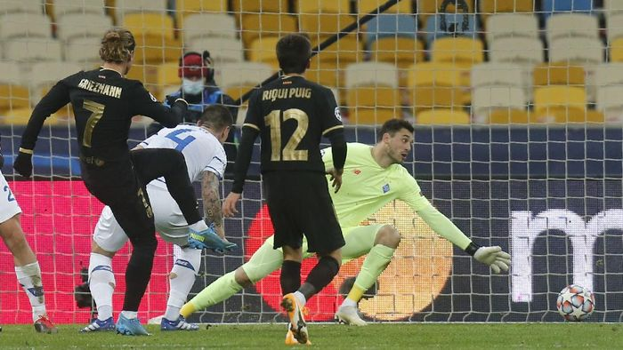Barcelonas Antoine Griezmann, left, scores his sides fourth goal during the Champions League group G soccer match between Dynamo Kyiv and FC Barcelona at the Olimpiyskiy Stadium in Kyiv, Ukraine, Tuesday, Nov. 24, 2020. (AP Photo/Efrem Lukatsky)