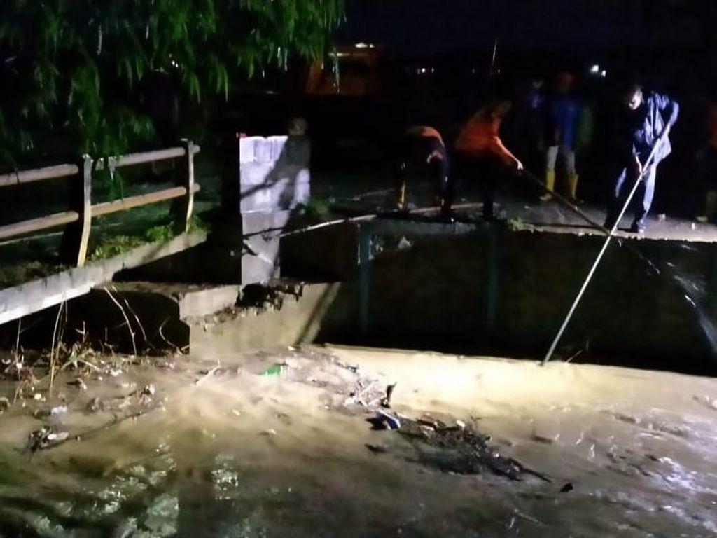 Diguyur Hujan Seharian, Jembatan Ambrol dan Banjir Terjadi di Rembang