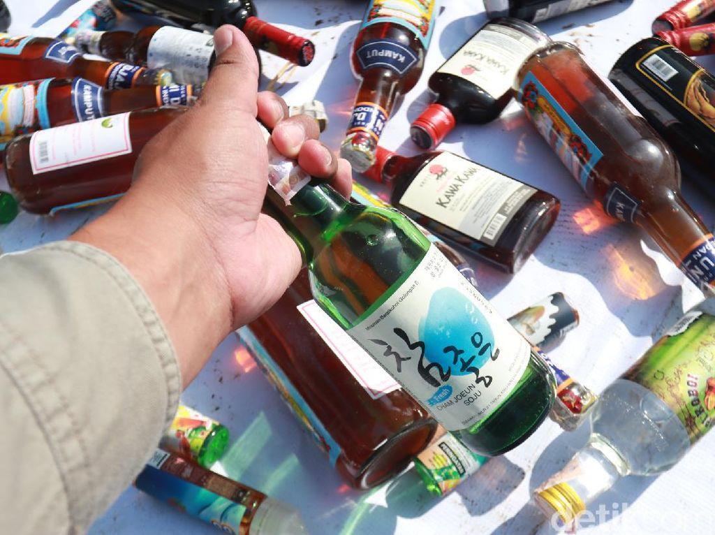 Penampakan Ribuan Rokok-Minuman Ilegal Dimusnahkan Bea Cukai Kendari