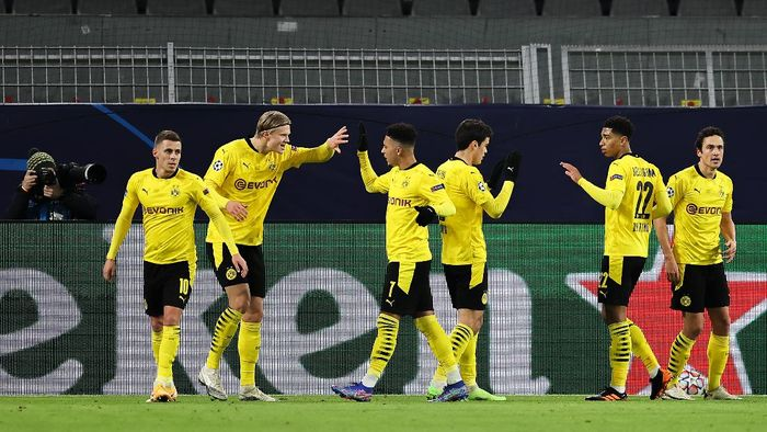 DORTMUND, GERMANY - NOVEMBER 24: Erling Haaland of Borussia Dortmund high fives team mate Jadon Sancho after scoring his teams first goal during the UEFA Champions League Group F stage match between Borussia Dortmund and Club Brugge KV at Signal Iduna Park on November 24, 2020 in Dortmund, Germany. Sporting stadiums around Germany remain under strict restrictions due to the Coronavirus Pandemic as Government social distancing laws prohibit fans inside venues resulting in games being played behind closed doors. (Photo by Lars Baron/Getty Images)