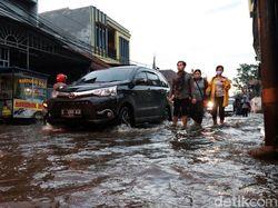 Buruh Dayeuhkolot Bandung Terobos Genangan Banjir