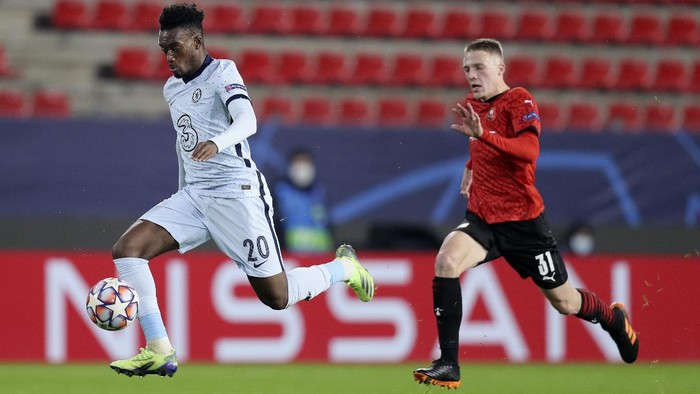 Chelseas Callum Hudson-Odoi, left, goes to score the opening goal of his team as Rennes Adrien Truffert fails to stop him during the Champions League, group E soccer match between Rennes and Chelsea at the Roazhon Park stadium in Rennes, France, Tuesday, Nov. 24, 2020. (AP Photo/David Vincent)