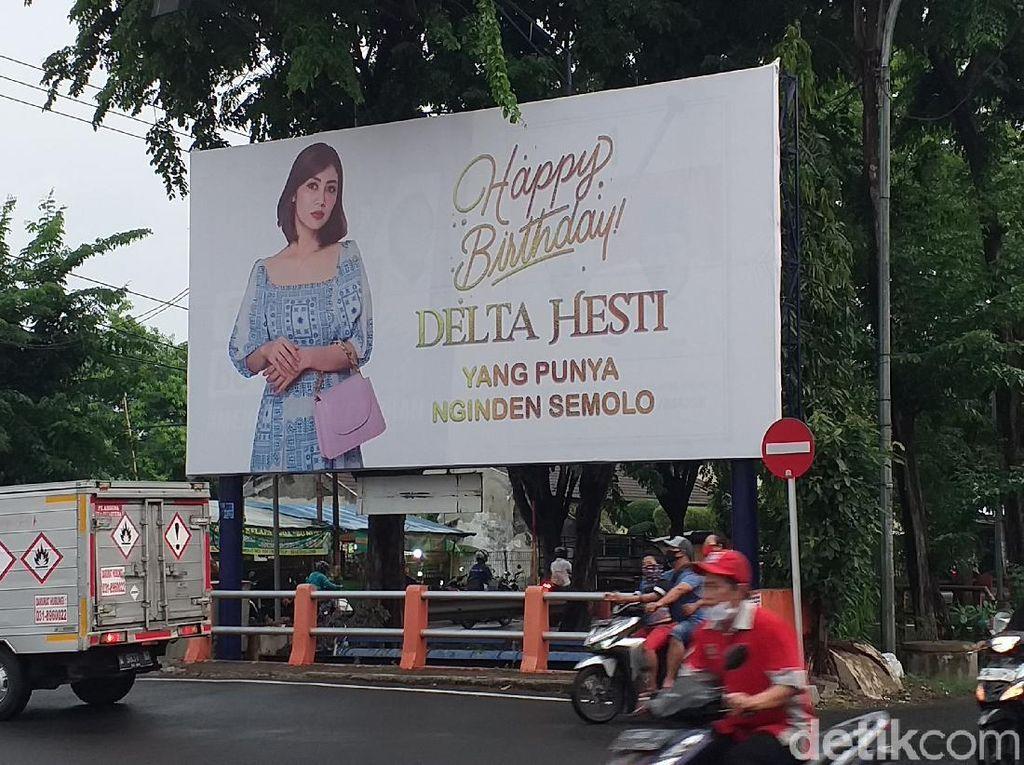 Aksi So Sweet Crazy Rich Surabaya Ucapkan Ultah ke Istri Pakai Baliho
