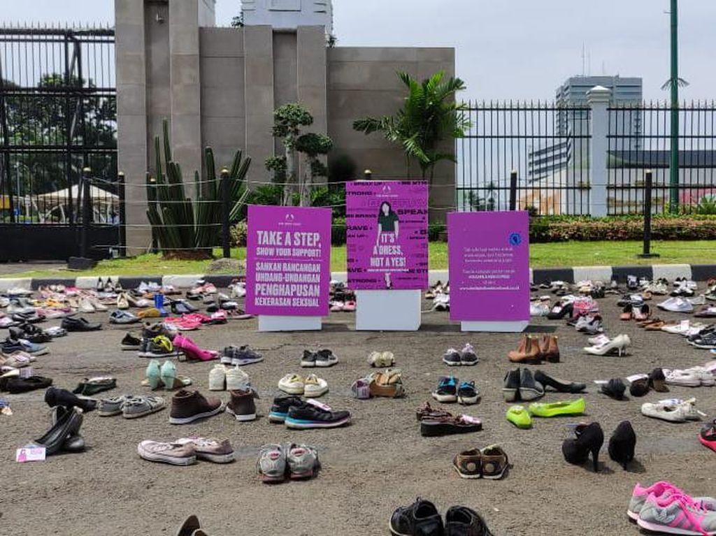 Demo RUU PKS di DPR, Puluhan Perempuan Gelar Ratusan Pasang Sepatu