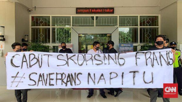 """Aksi demo menuntut pencabutan skorsing """"merumahkan"""" mahasiswa UNNES Frans Napitu"""