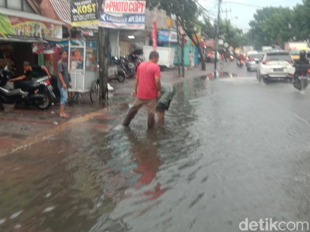 Sempat Terendam Banjir, Jalan Kopo Bandung Sudah Bisa Dilalui Kembali