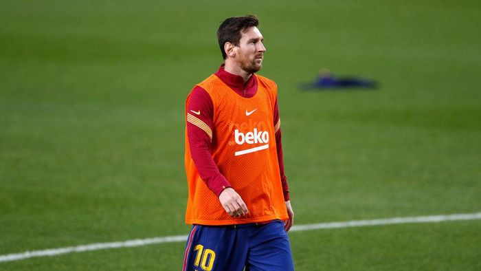 BARCELONA, SPAIN - NOVEMBER 07: Lionel Messi of FC Barcelona warms up during the La Liga Santader match between FC Barcelona and Real Betis at Camp Nou on November 07, 2020 in Barcelona, Spain. Sporting stadiums in Spain remain under strict restrictions due to the Coronavirus Pandemic as Government social distancing laws prohibit fans inside venues resulting in games being played behind closed doors. (Photo by Eric Alonso/Getty Images)