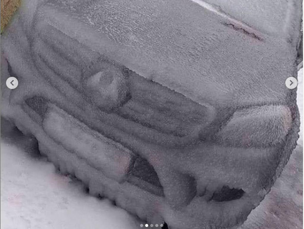 Fenomena Alam Ekstrem: Mobil-mobil Ini Diselimuti Es Batu, Bukan Cuma Salju