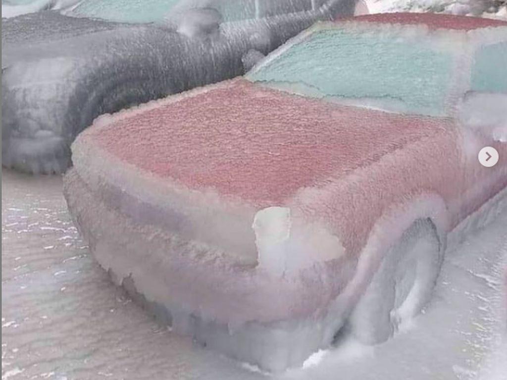 Cuaca Ekstrem yang Bikin Mobil Membeku di Russia