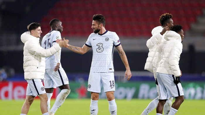 Chelseas Olivier Giroud, center, shakes hands with his teammate after the Champions League, group E soccer match between Rennes and Chelsea at the Roazhon Park stadium in Rennes, France, Tuesday, Nov. 24, 2020. Chelsea won 2-1. (AP Photo/David Vincent)