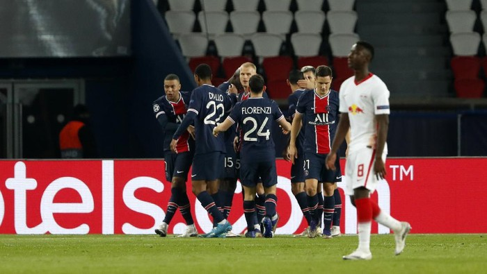 PSGs Neymar celebrates with teammates after scoring his sides opening goal from penalty during the Champions League group H soccer match between Paris Saint Germain and RB Leipzig at the Parc des Princes stadium in Paris, Tuesday Nov. 24, 2020. (AP Photo/Thibault Camus)