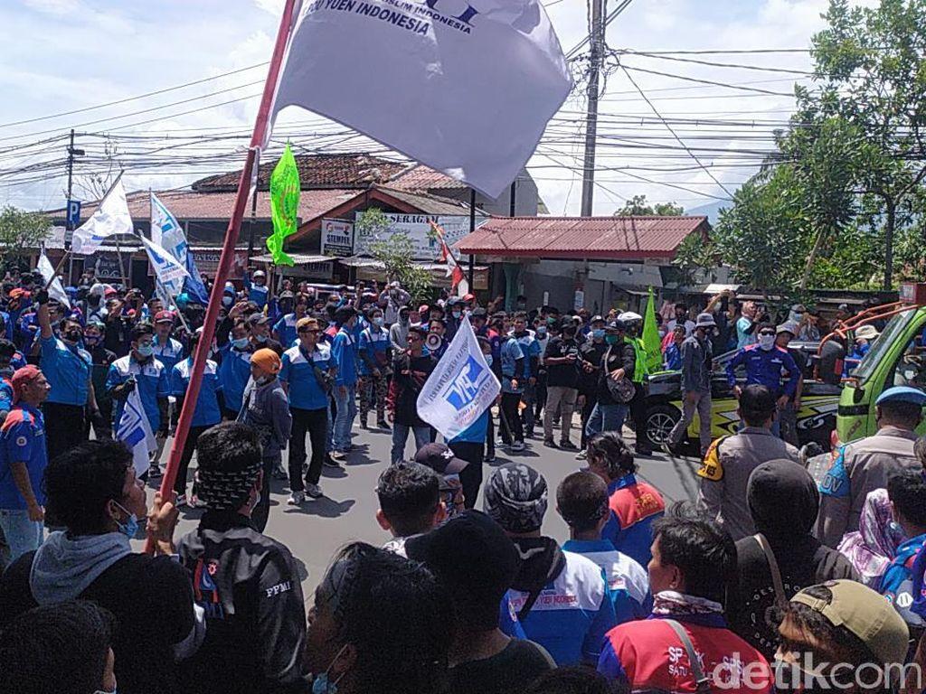 Ribuan Buruh Cianjur Kepung Pendopo, Massa Abaikan Prokes