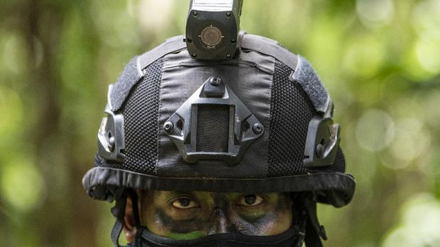 Prajurit TNI AD dari satuan Yonif Raider 514 Kostrad memakai helm yang dilengkapi kamera tactical saat Latihan Antar Kecabangan TNI AD Kartika Yudha Tahun 2020 di Pusat Latihan Tempur (Puslatpur) TNI AD, Baturaja Timur, Ogan Komering Ulu (OKU), Sumatera Selatan, Selasa (24/11/2020).  Pemakaian helm dan rompi yang dilengkapi kamera tactical tersebut bertujuan untuk memantau pergerakan prajurit secara langsung. ANTARA FOTO/Nova Wahyudi/foc.