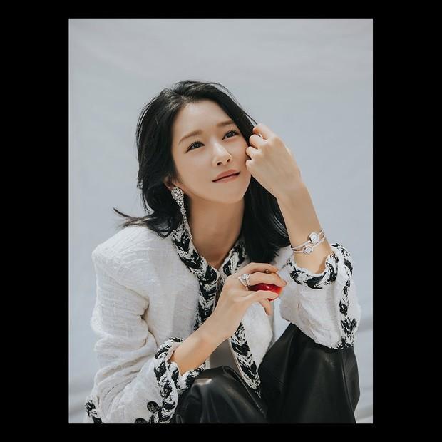Dia pun mendapatkan banyak cinta dari penonton berkat perannya sebagai Ko moon Young, seorang penulis buku anak-anak yang populer,