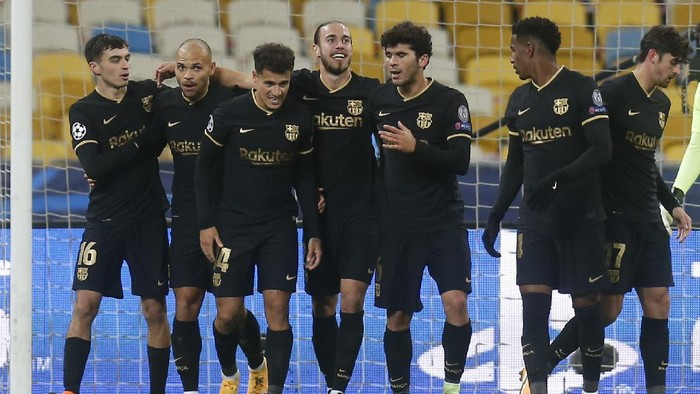 Barcelonas Martin Braithwaite, second left, celebrates with his teammates after scores his sides second goal during the Champions League group G soccer match between Dynamo Kyiv and FC Barcelona at the Olimpiyskiy Stadium in Kyiv, Ukraine, Tuesday, Nov. 24, 2020. (AP Photo/Efrem Lukatsky)