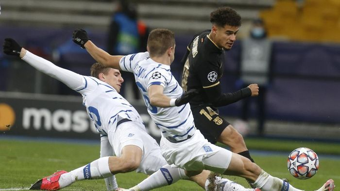 Barcelonas Philippe Coutinho, right, is challenged by Dynamo Kyivs Vitaliy Mykolenko, center, and Dynamo Kyivs Illya Zabarnyi during the Champions League group G soccer match between Dynamo Kyiv and FC Barcelona at the Olimpiyskiy Stadium in Kyiv, Ukraine, Tuesday, Nov. 24, 2020. (AP Photo/Efrem Lukatsky)