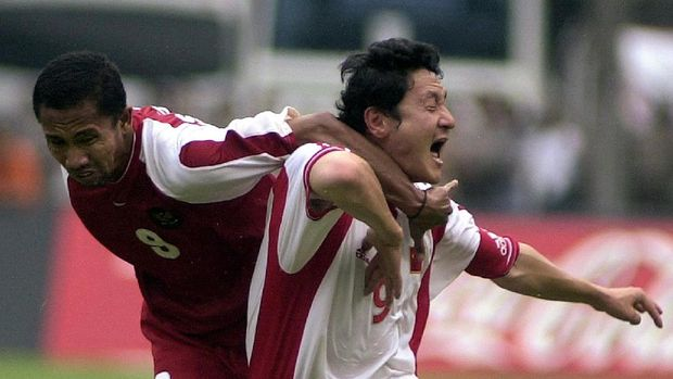 Indonesia's Uston Nawawi (L) tackles Chinese captain Ma Mingyu (R) during the World Cup 2002 Asia zone group nine qualifying match at Jakarta's Gelora Bung Karno sports stadium, 27 May 2001.  China won the match 2-0 to advance to the next round.  AFP PHOTO/Weda (Photo by WEDA / AFP)