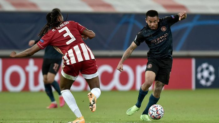 PIRAEUS, GREECE - NOVEMBER 25: Gabriel Jesus of Manchester City is challenged by Ruben Semedo of Olympiacos FC during the UEFA Champions League Group C stage match between Olympiacos FC and Manchester City at Karaiskakis Stadium on November 25, 2020 in Piraeus, Greece. Football Stadiums around Europe remain empty due to the Coronavirus Pandemic as Government social distancing laws prohibit fans inside venues resulting in fixtures being played behind closed doors. (Photo by Milos Bicanski/Getty Images)
