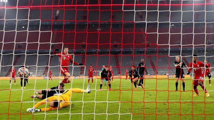 MUNICH, GERMANY - NOVEMBER 25: Robert Lewandowski of Bayern Munich scores their teams first goal during the UEFA Champions League Group A stage match between FC Bayern Muenchen and RB Salzburg at Allianz Arena on November 25, 2020 in Munich, Germany. Football Stadiums around Europe remain empty due to the Coronavirus Pandemic as Government social distancing laws prohibit fans inside venues resulting in fixtures being played behind closed doors. (Photo by Alexander Hassenstein/Getty Images)