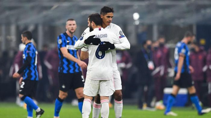 MILAN, ITALY - NOVEMBER 25: Raphael Varane of Real Madrid celebrates victory with Nacho Fernandez after the UEFA Champions League Group B stage match between FC Internazionale and Real Madrid at Stadio Giuseppe Meazza on November 25, 2020 in Milan, Italy. Football Stadiums around Europe remain empty due to the Coronavirus Pandemic as Government social distancing laws prohibit fans inside venues resulting in fixtures being played behind closed doors. (Photo by Valerio Pennicino/Getty Images)