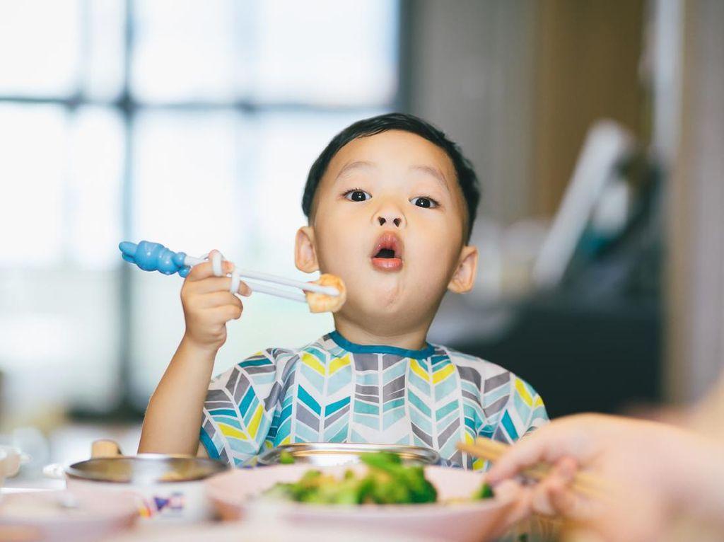 Tips Mengenalkan Mindful Eating Agar Anak Terhindar dari Obesitas