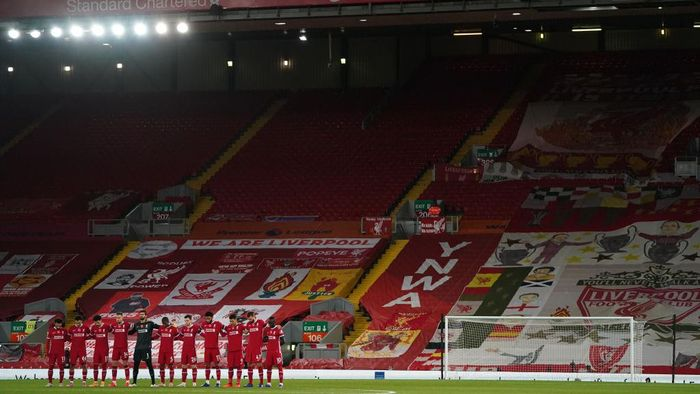 LIVERPOOL, ENGLAND - OCTOBER 31: General view inside the stadium as Liverpool players observe a minutes silence in memory of former England player, Nobby Stiles MBE, as well as to mark Armistice Day prior to the Premier League match between Liverpool and West Ham United at Anfield on October 31, 2020 in Liverpool, England. Sporting stadiums around the UK remain under strict restrictions due to the Coronavirus Pandemic as Government social distancing laws prohibit fans inside venues resulting in games being played behind closed doors. (Photo by Jon Super - Pool/Getty Images)