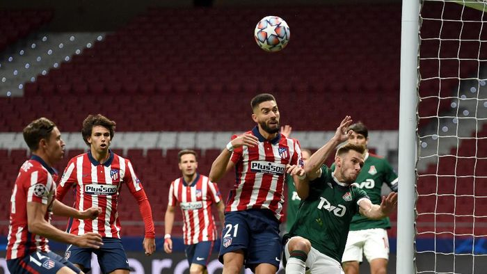 MADRID, SPAIN - NOVEMBER 25: Yannick Ferreira Carrasco of Atletico de Madrid battles for possession with Maciej Rybus of Lokomotiv Moscow during the UEFA Champions League Group A stage match between Atletico Madrid and Lokomotiv Moskva at Estadio Wanda Metropolitano on November 25, 2020 in Madrid, Spain. Football Stadiums around Europe remain empty due to the Coronavirus Pandemic as Government social distancing laws prohibit fans inside venues resulting in fixtures being played behind closed doors. (Photo by Denis Doyle/Getty Images)