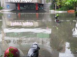 Surabaya Diguyur Hujan, Banyak Motor Terendam hingga Plat Nomor di Parkiran