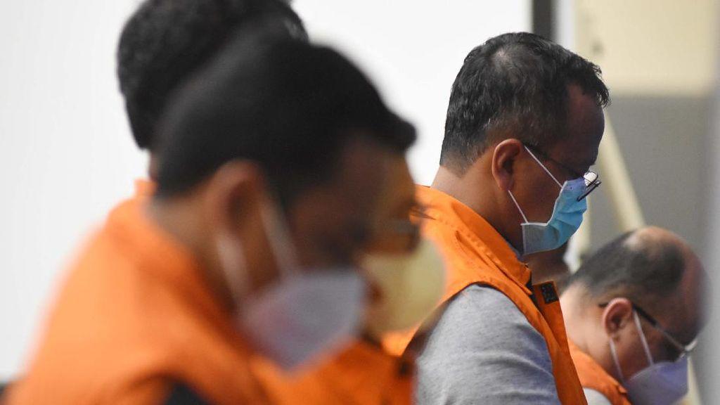 Berbaju Tahanan, Para Tersangka Suap Ekspor Benur Tertunduk Malu