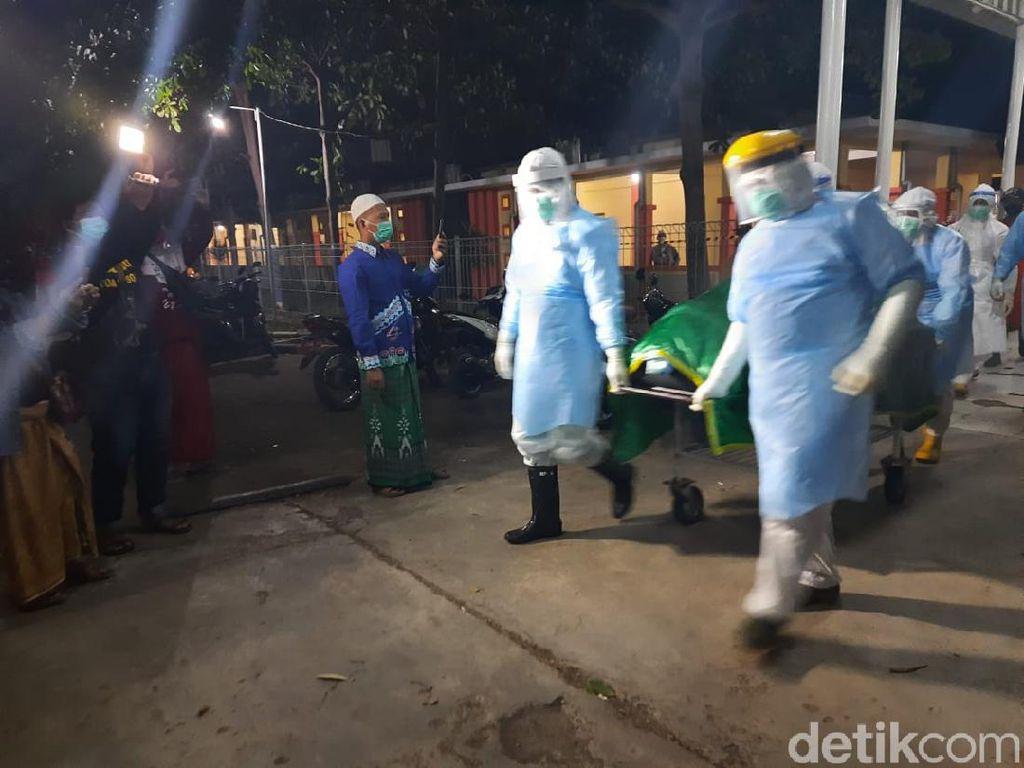 Sebelum Dimakamkan, Jenazah Bupati Situbondo Dibawa ke Pendopo
