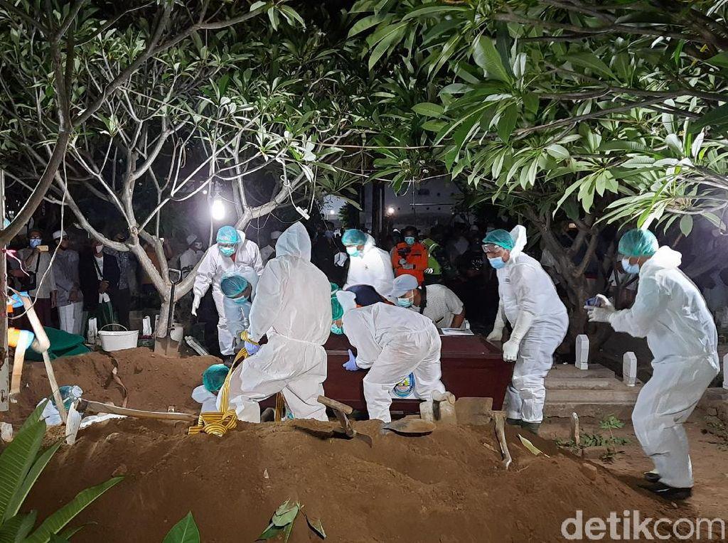 Bupati Situbondo Dimakamkan Satu Komplek dengan Makam Mertua