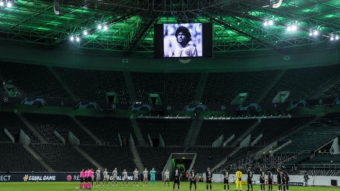 MOENCHENGLADBACH, GERMANY - NOVEMBER 25: Players and officials take part in a minute of silence to remember Diego Maradona prior to the UEFA Champions League Group B stage match between Borussia Moenchengladbach and Shakhtar Donetsk at Borussia-Park on November 25, 2020 in Moenchengladbach, Germany. Football Stadiums around Europe remain empty due to the Coronavirus Pandemic as Government social distancing laws prohibit fans inside venues resulting in fixtures being played behind closed doors. (Photo by Lars Baron/Getty Images)