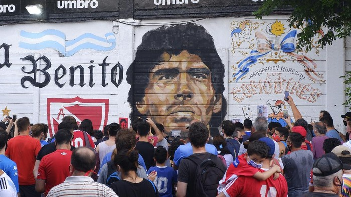 BUENOS AIRES, ARGENTINA - NOVEMBER 25: Fans mourn Diego Maradona at Argentinos Juniors Diego Maradona Stadium on November 25, 2020 in Buenos Aires, Argentina. Diego Maradona, considered one of the biggest football stars in history, died at 60 from a heart attack on Wednesday in Buenos Aires. (Photo by Fernando de Dios/Getty Images)