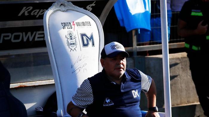 LA PLATA, ARGENTINA - FEBRUARY 29: Diego Armando Maradona head coach of Gimnasia y Esgrima La Plata sits on the bench before a match between Gimnasia y Esgrima La Plata and Atletico Tucuman as part of Superliga 2019/20 at Estadio Juan Carlos Zerillo on February 29, 2020 in La Plata, Argentina. (Photo by Marcos Brindicci/Getty Images)