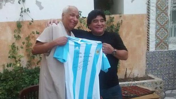 Diego Maradona bertemu dengan Ali Bin Nasser, wasit laga Argentina vs Inggris di Piala Dunia 1986.