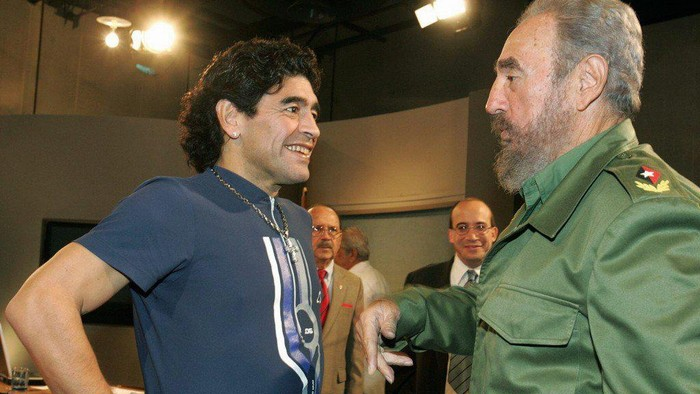 Diego Maradona bersama pemimpin revolusi Kuba, Fidel Castro.