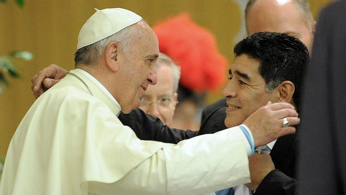ROME, ITALY - SEPTEMBER 01:  Pope Francis meets Diego Maradona during an audience with the players of the Partita Interreligiosa Della Pace at Paul VI Hall before the Interreligious Match For Peac at Olimpico Stadium on September 1, 2014 in Rome, Italy.  (Photo by Pier Marco Tacca/Getty Images)